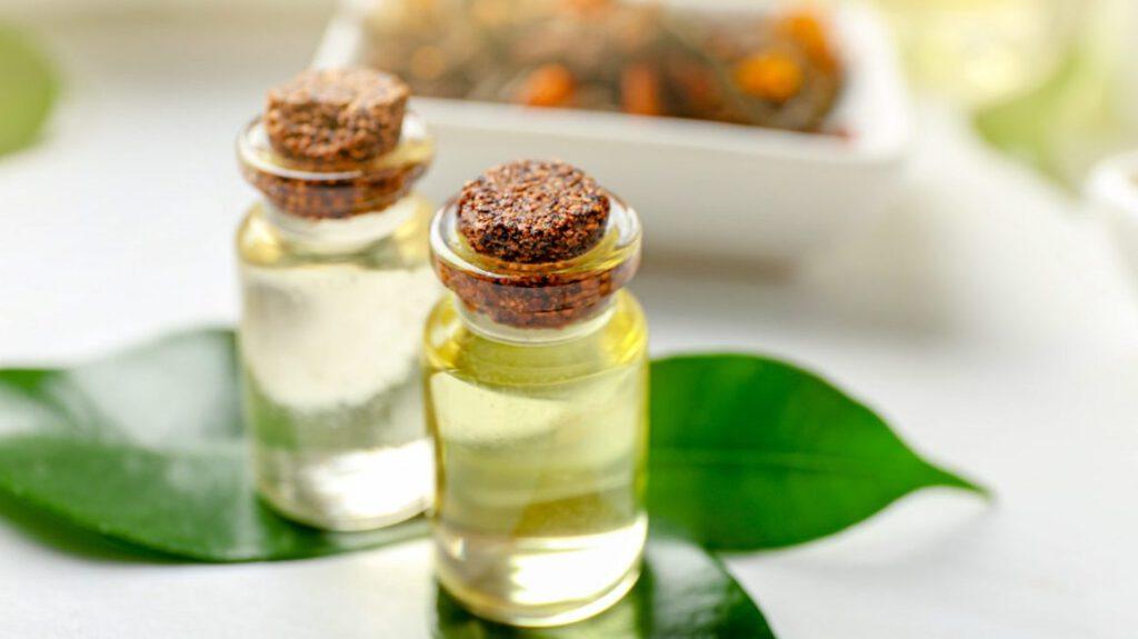 Comment utiliser l'huile d'arbre à thé ? Mon remède contre le cuir chevelu gras, les pellicules, l'acné et autres imperfections
