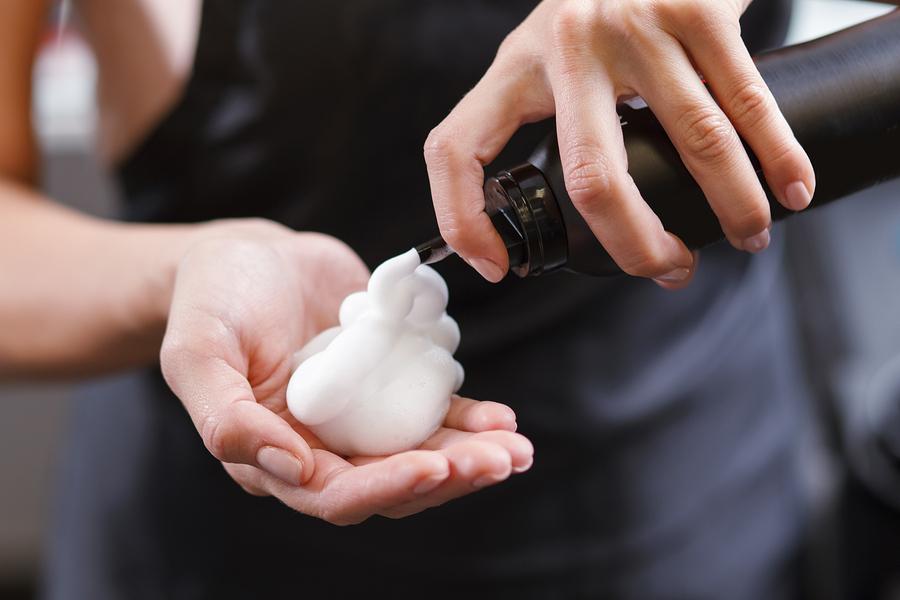 Comment utiliser la mousse capillaire? Quand doit-on utiliser ce cosmétique?